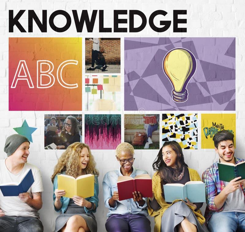 Personnes diverses apprenant le concept de la connaissance photos libres de droits