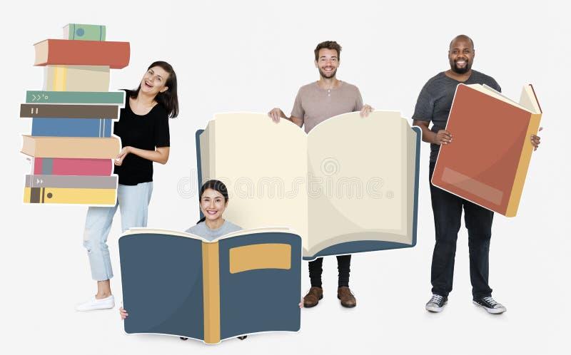 Personnes diverses heureuses tenant des icônes de livre photos stock