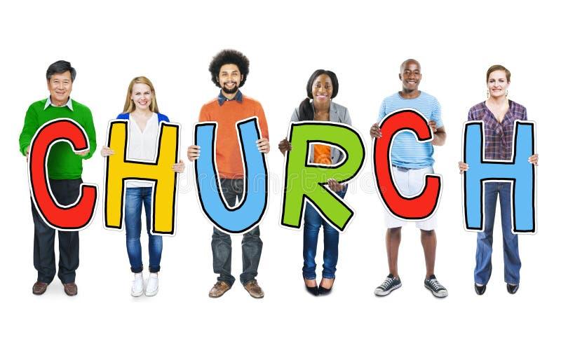 Personnes diverses tenant l'église des textes images libres de droits