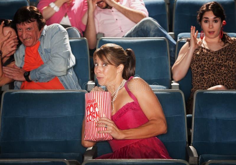Personnes effrayées dans le théâtre photos stock