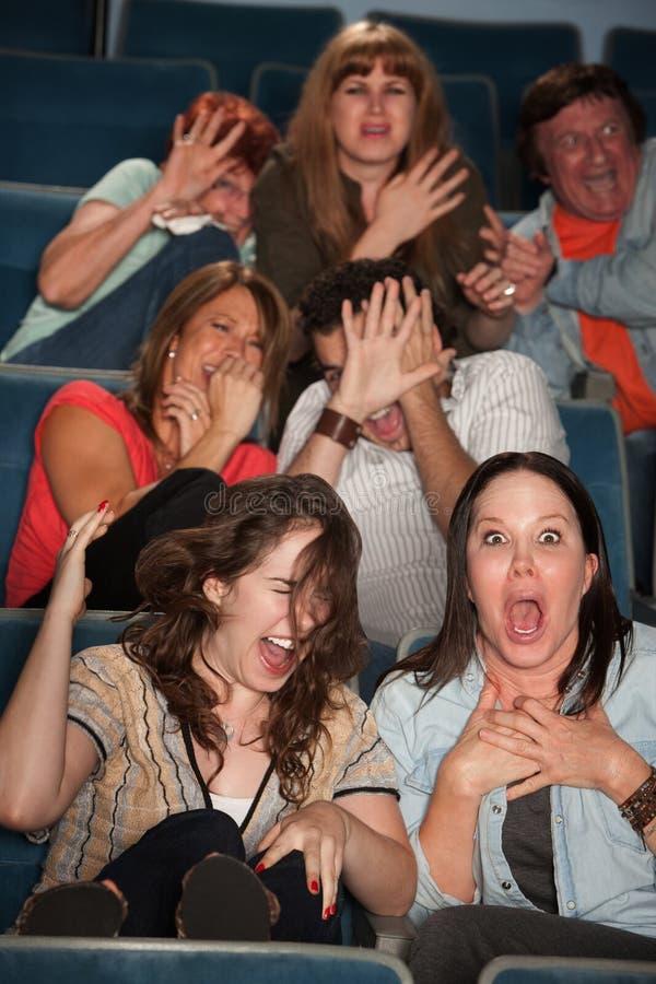 Personnes effrayées dans un théâtre photos stock