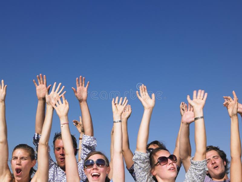 Personnes Enthousiastes Avec Des Bras Augmentés Images libres de droits