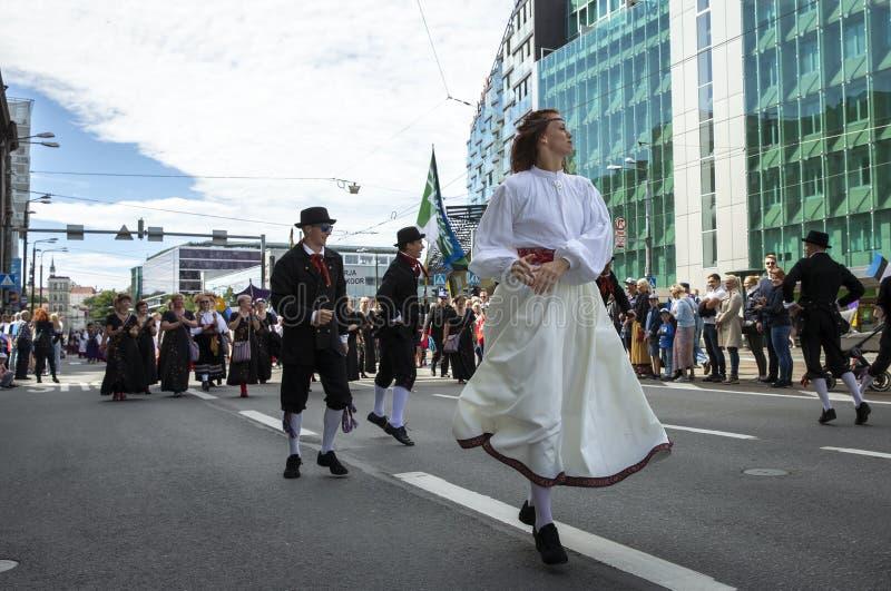 Personnes estoniennes dans l'habillement traditionnel marchant les rues de Tallinn image libre de droits