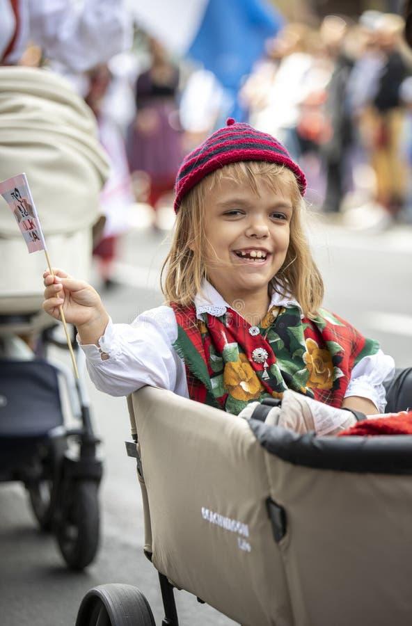 Personnes estoniennes dans l'habillement traditionnel marchant les rues de Tallinn images stock
