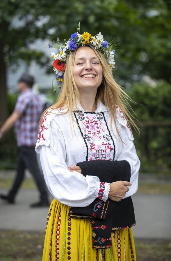 Personnes estoniennes dans l'habillement traditionnel marchant les rues de Tallinn image stock