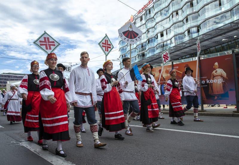 Personnes estoniennes dans l'habillement traditionnel marchant les rues de Tallinn photo libre de droits