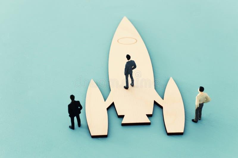 personnes et fusée miniature de direction et de concept de travail d'équipe, inspiration et vision photo libre de droits
