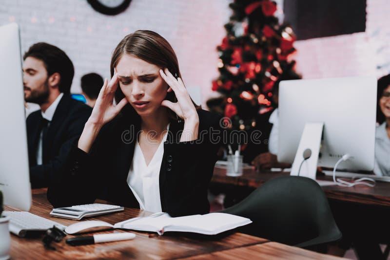 Personnes fatiguées travaillant dans le bureau la soirée du Nouveau an images libres de droits