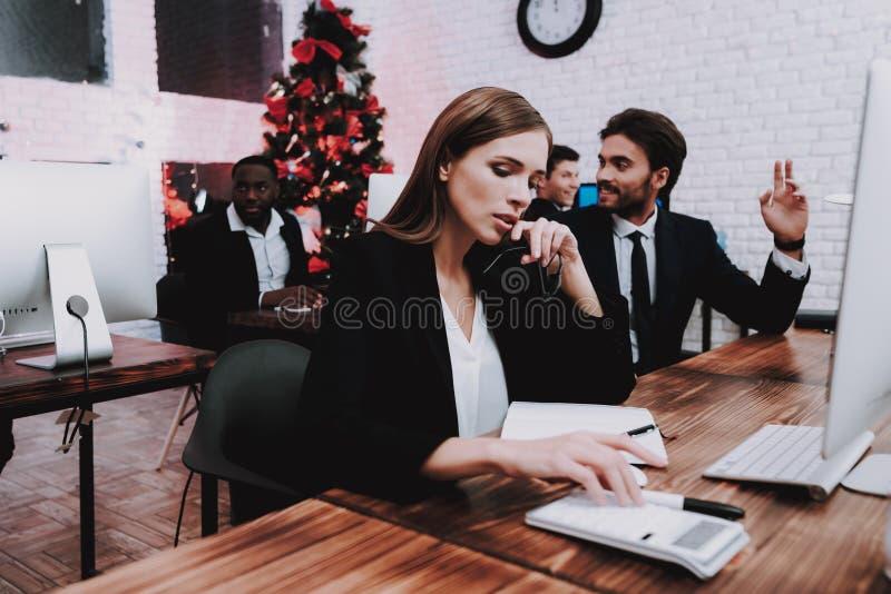 Personnes fatiguées travaillant dans le bureau la soirée du Nouveau an photos libres de droits