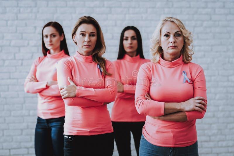 Personnes fortes d'aide de femme avec le Cancer de la maladie images libres de droits