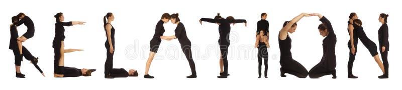 Personnes habillées par noir formant le mot RELATION photographie stock libre de droits