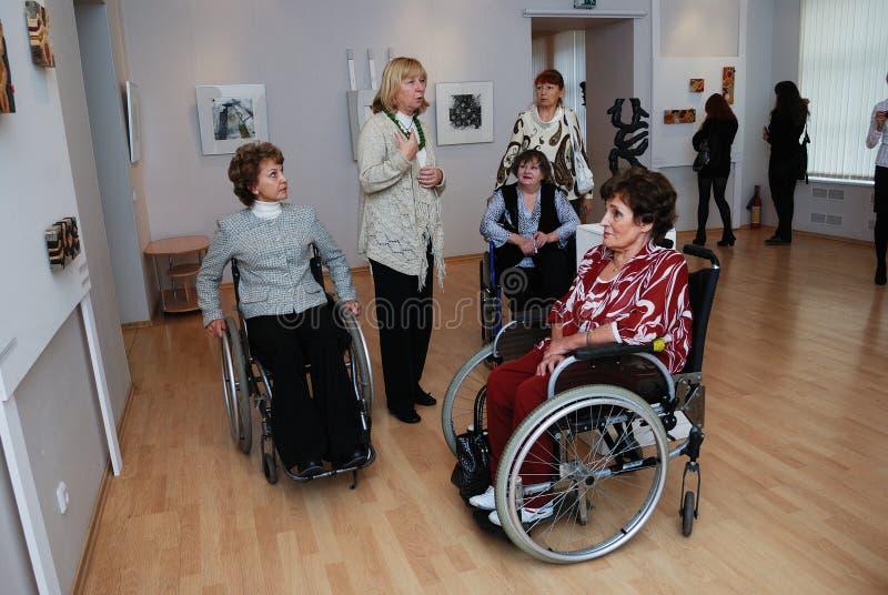 Personnes handicapés à une exposition image stock