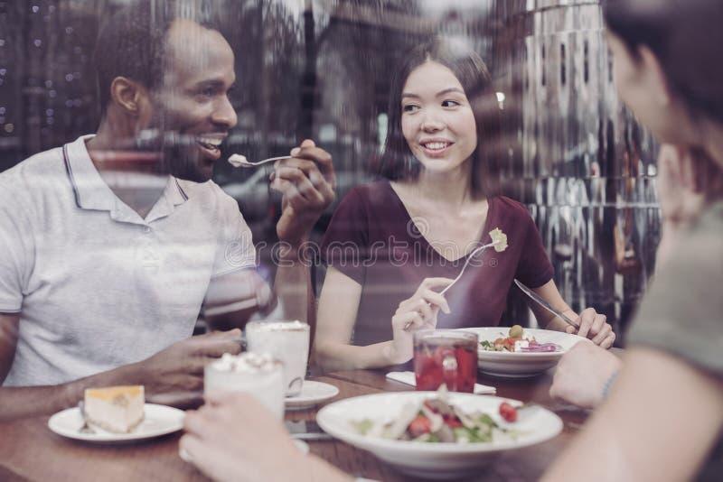 Personnes heureuses appréciant leur repas images libres de droits