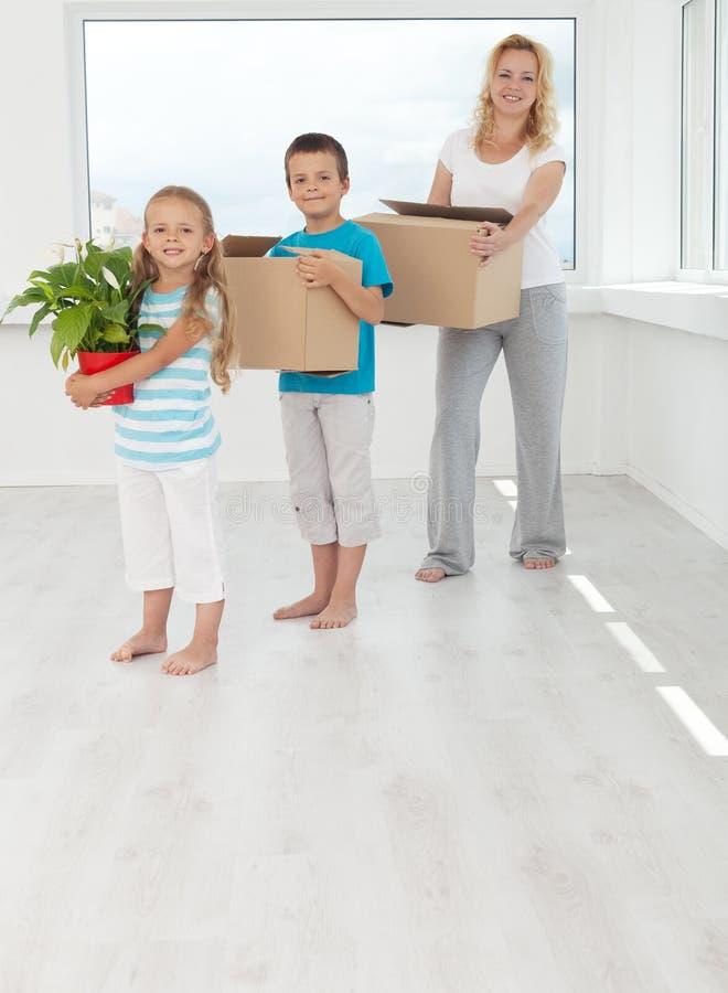 Personnes heureuses dans leur maison neuve image libre de droits