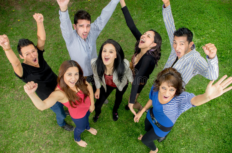 Personnes heureuses de groupe en été extérieur. image libre de droits