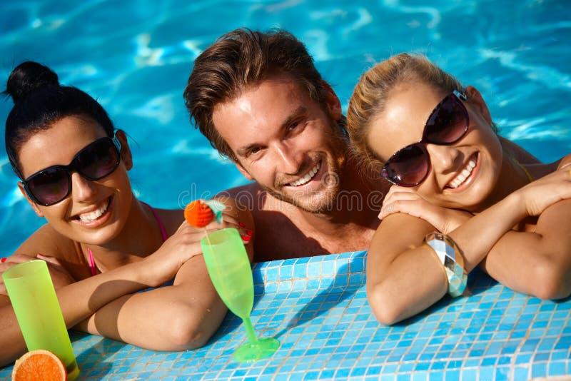 Personnes heureuses en vacances photos libres de droits
