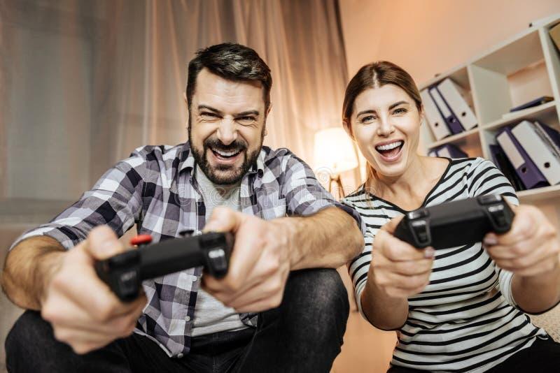Personnes heureuses jouant des jeux d'ordinateur images libres de droits