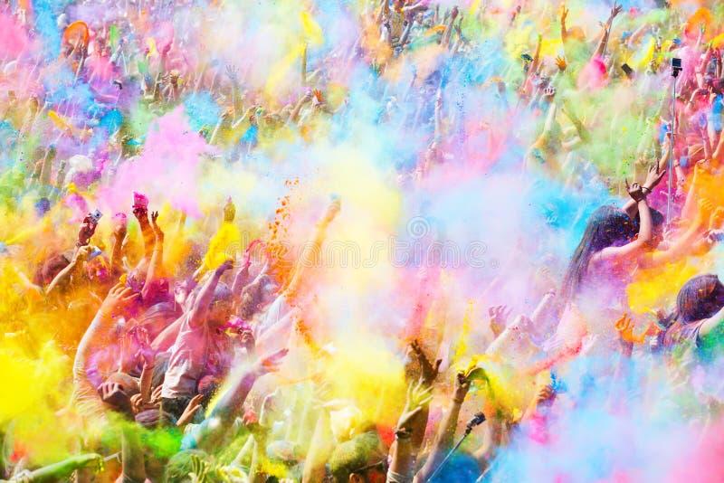 Personnes heureuses pendant le festival de couleurs Holi image stock