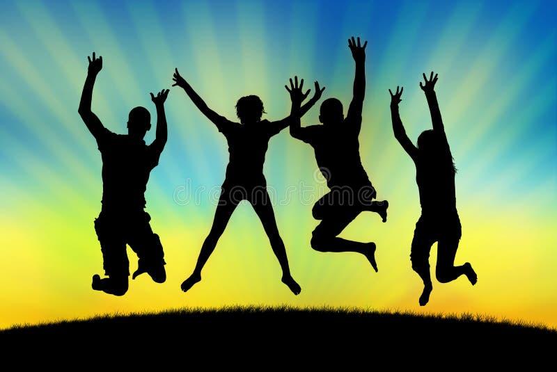 Personnes heureuses sautant dans la joie sur un fond de coucher du soleil photographie stock libre de droits