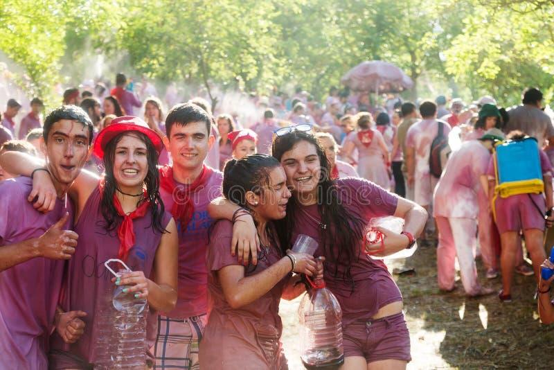 Personnes humides heureuses pendant le Batalla del vino images libres de droits