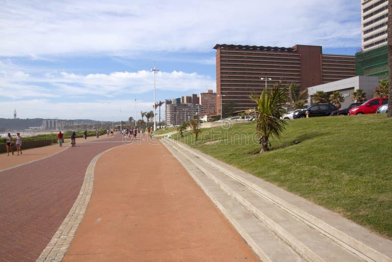 Personnes inconnues marchant sur la promenade à Durban image stock