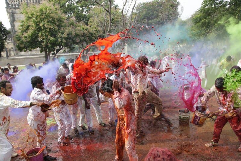 Personnes indiennes célébrant le festival de Holi images libres de droits