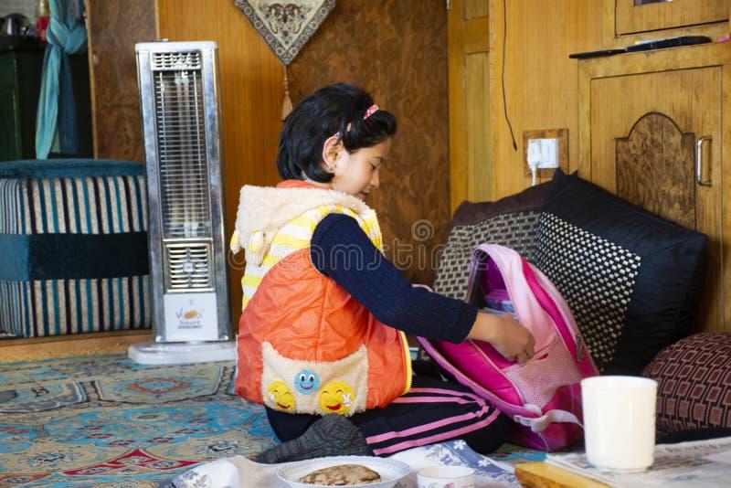 Personnes indiennes de fille reposant et mangeant le petit déjeuner dans le salon de la maison d'hôtes au village de Leh Ladakh d photographie stock libre de droits