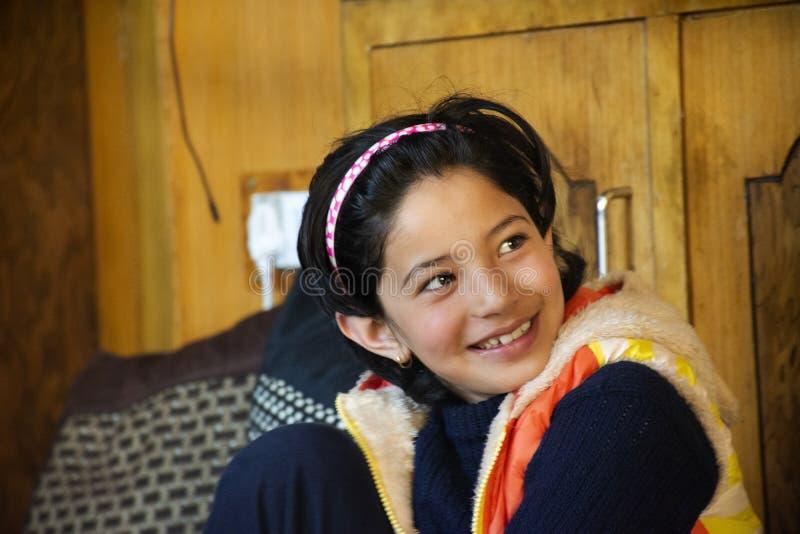 Personnes indiennes de fille reposant et mangeant le petit déjeuner dans le salon de la maison d'hôtes au village de Leh Ladakh d photos stock