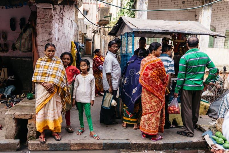 Personnes indiennes sur le marché de matin dans Kolkata, Inde photographie stock libre de droits