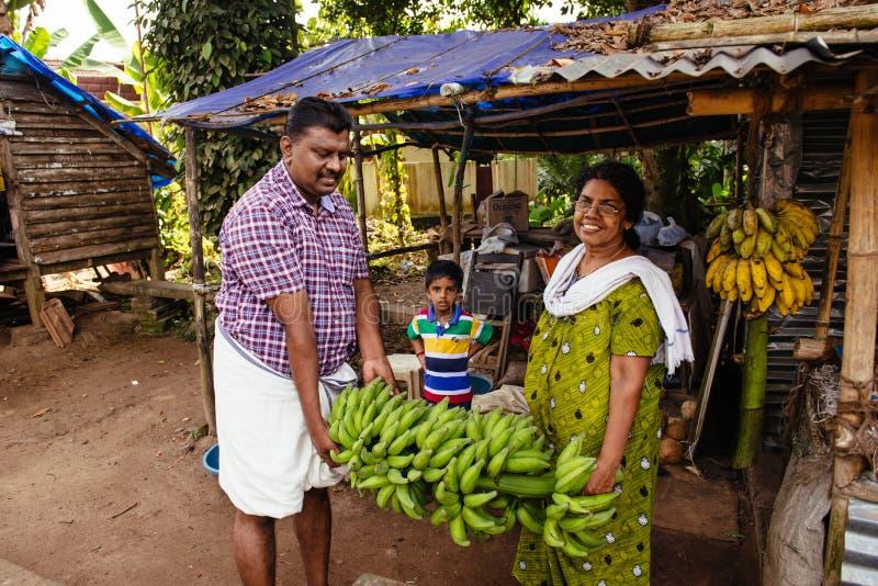 Personnes indiennes vendant des bananes sur le bazar local dans Kochi photo stock