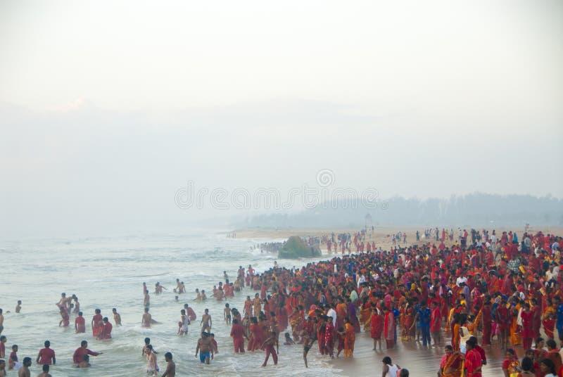 Personnes indoues, groupe en rouge à la mer dans Tamil Nadu, Inde photographie stock libre de droits