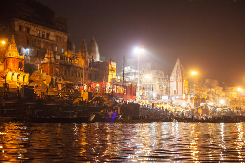 Personnes indoues observant le rituel religieux de Ganga Aarti photos libres de droits