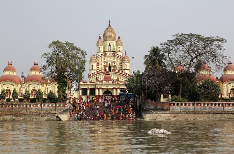 Personnes indoues se baignant dans le ghat près du Dakshineswar Kali Temple dans Kolkata image libre de droits