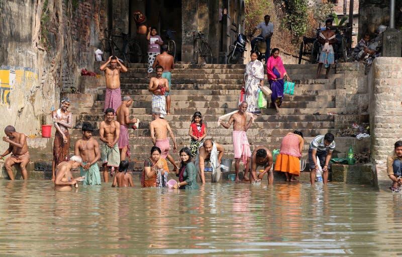 Personnes indoues se baignant dans le ghat près du Dakshineswar Kali Temple dans Kolkata photo stock
