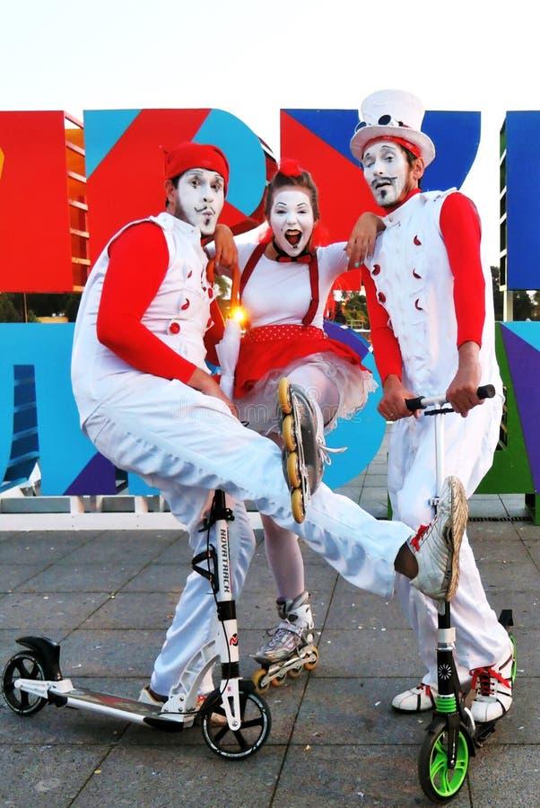 Personnes intelligentes Spectacle de théâtre de rue en parc de Gorki à Moscou photographie stock