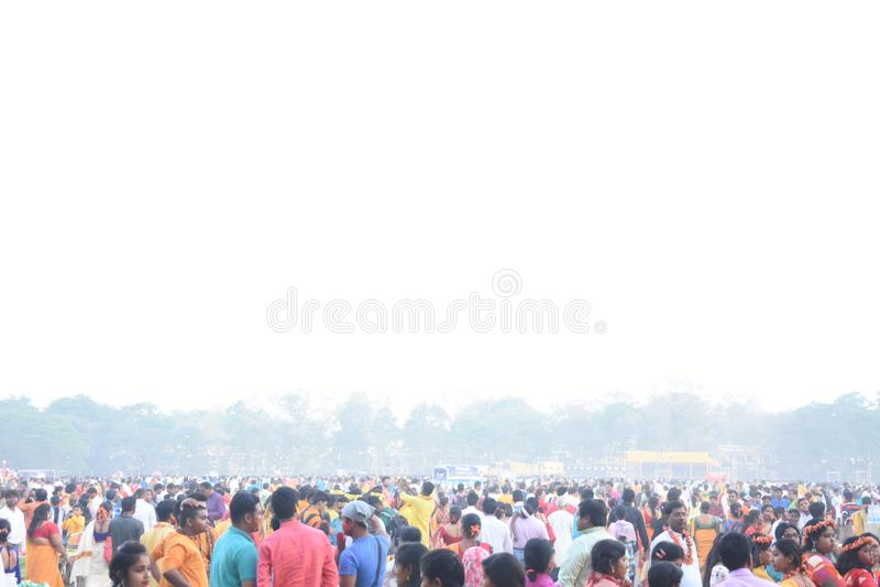 Personnes jouant le holi avec des couleurs et gulal indiens dans une terre images stock