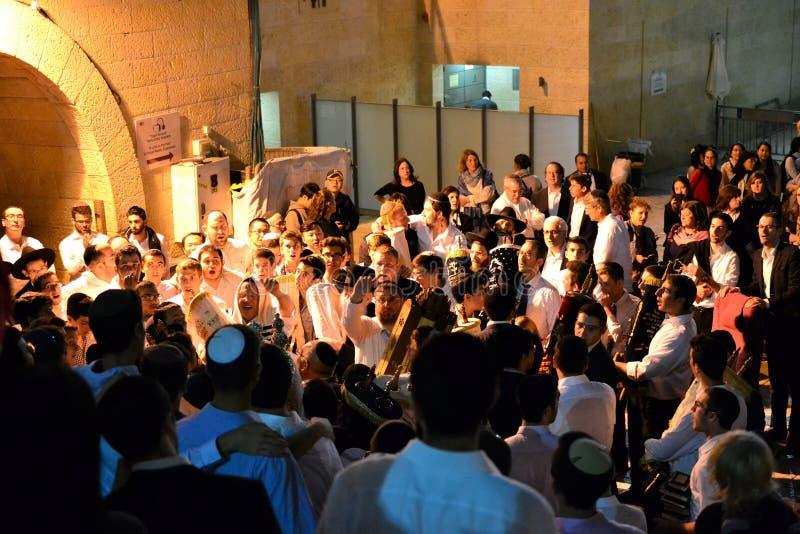 Personnes juives célébrant Simchat Torah au mur occidental le soir photographie stock