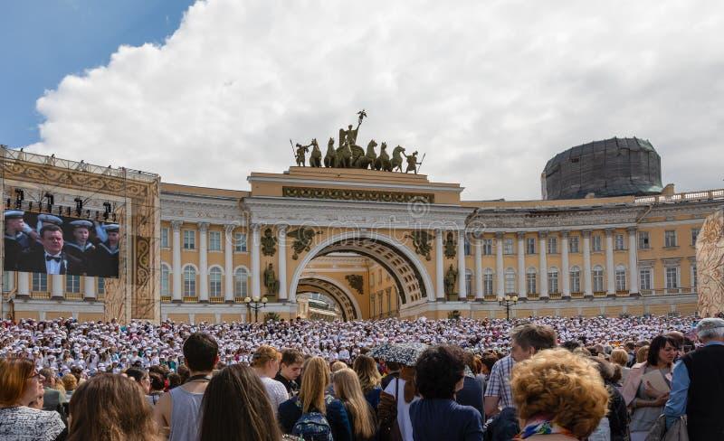 Personnes locales et touristes observant la représentation devant le bâtiment d'état-major, St Petersburg image libre de droits
