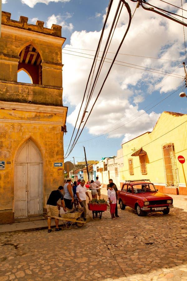 Personnes locales et voiture classique dans les rues du Trinidad images stock