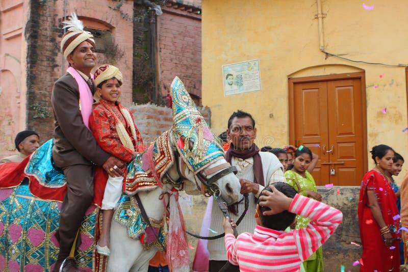 Personnes locales pendant le mariage indou indien traditionnel photos stock