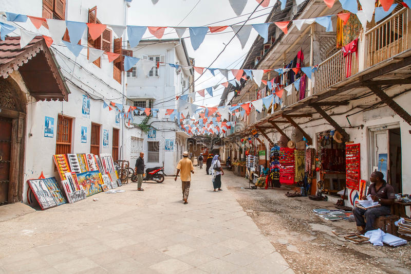Personnes locales sur une place dans la ville en pierre La ville en pierre est la vieille partie de la ville de Zanzibar, la capi images stock