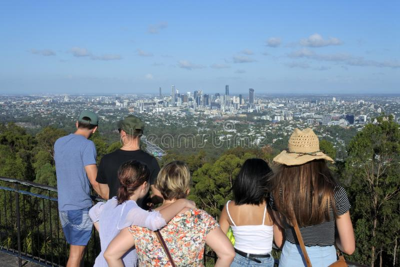 Personnes méconnaissables regardant le paysage de ville de Brisbane photo stock