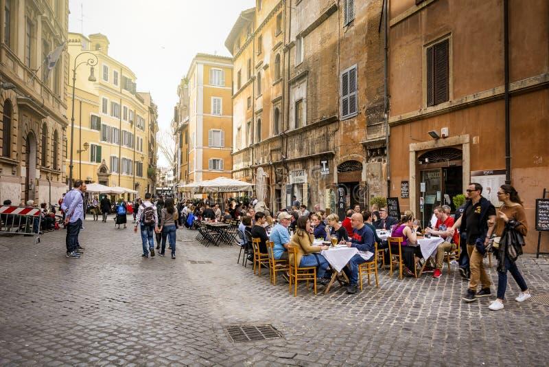 Personnes méconnaissables s'asseyant dans les tables cachères de restaurant dans le quart juif historique de Rome images libres de droits