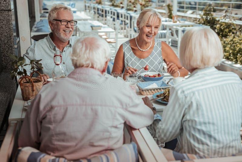 Personnes m?res heureuses passant des week-ends ensemble en caf? photographie stock libre de droits