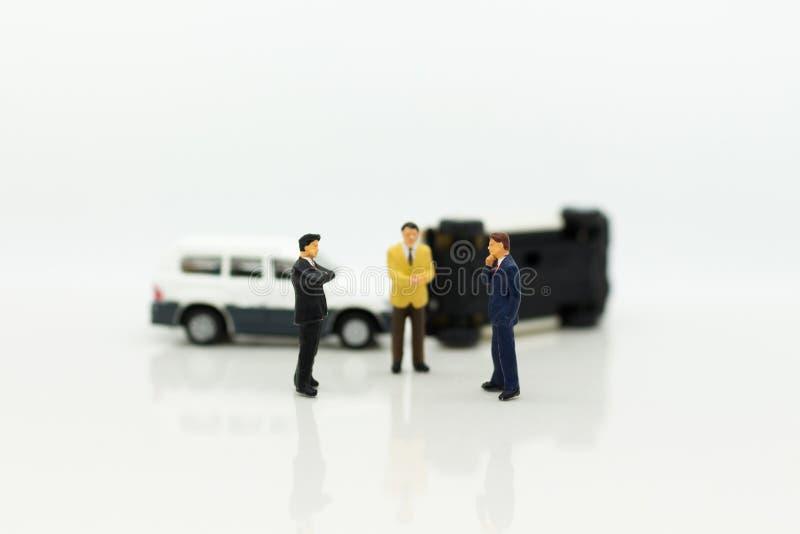 Personnes miniatures : Accident de voiture, activités d'assurance Utilisation d'image pour ne pas vivre avec l'inattention, dange photo libre de droits