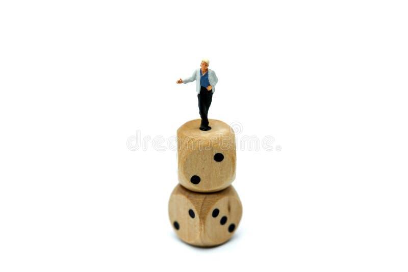 Personnes miniatures : Acteur se tenant sur des matrices photo libre de droits