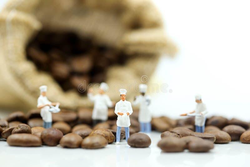 Personnes miniatures : chef faisant cuire avec des grains de café, art, creativit photos stock