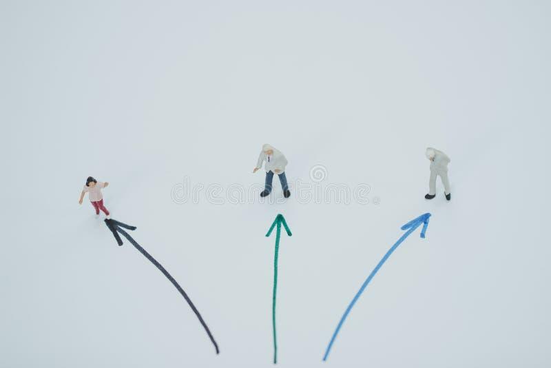 Personnes miniatures : Chiffres de petit homme d'affaires marchant sur la rue photographie stock libre de droits