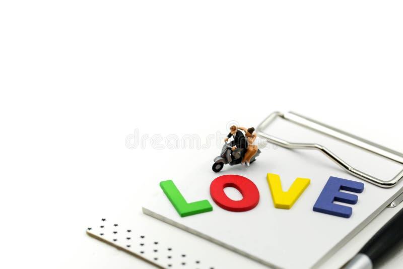 Personnes miniatures : Couples affectueux détendant appréciant l'unité de sentiments, plaisir romantique de matin pour des amants photographie stock