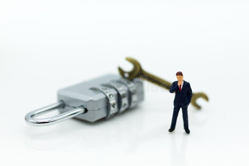 Personnes miniatures : Homme d'affaires avec la clé de sécurité Utilisation d'image pour le système de sécurité de fond, entaille photo stock